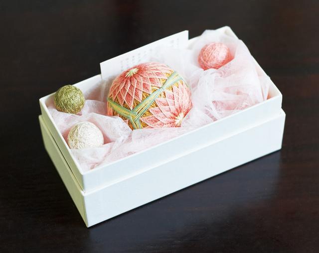 画像: 伝統的な菊かがりと、カラフルなキャンディのように愛らしい小さな手まりとを、箱に詰めてギフトに