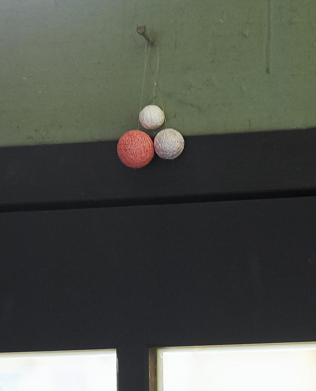 画像: 小さな手まりは、ストラップにしたり、ドアの上に幾つか吊るし部屋のアクセントにしたりしても楽しい