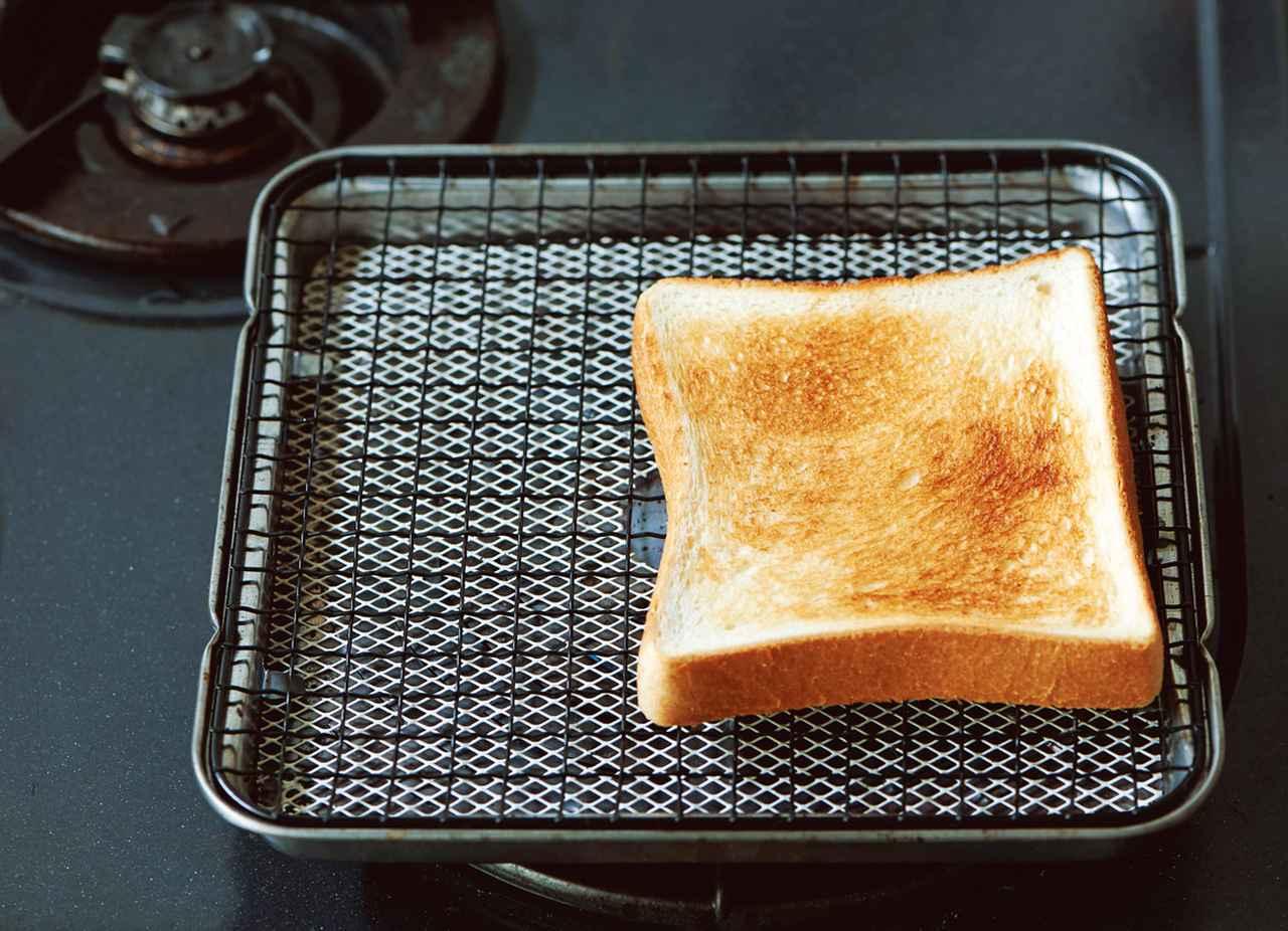 画像: パン焼きには、新潟のスーパーで見つけた「餅焼き網」を活用。弱火でも、ほんの3~4分で、カリッと香ばしい焼き上がりに