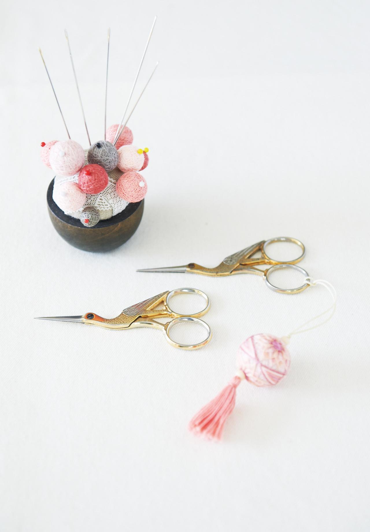 画像: 永子さんの裁縫道具。使用する針は、通常の裁縫針より長くて太い、布団針。右上のはさみは、八重子さんから譲り受けたもの