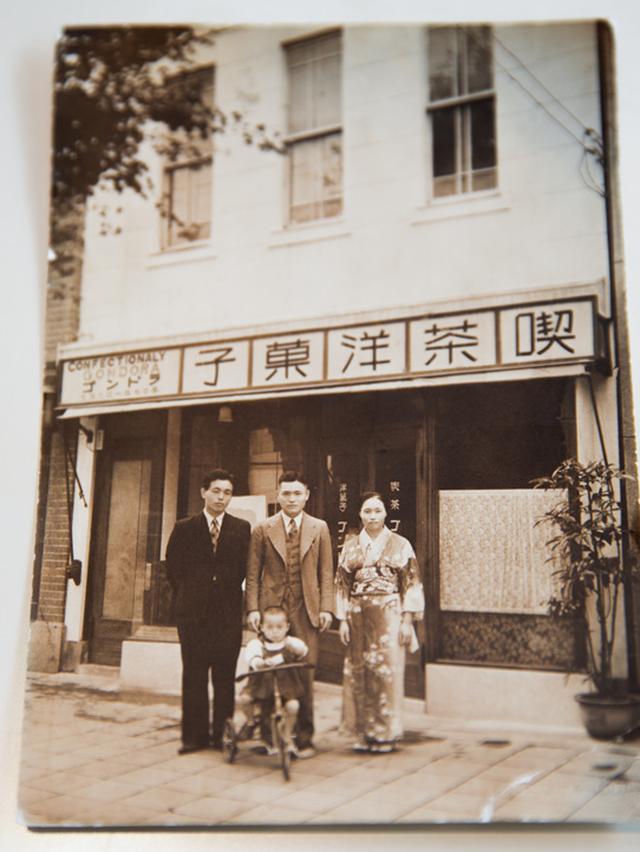 画像: 開店当初の面影を残す、店の前での記念写真。中央が初代で、手前が二代目