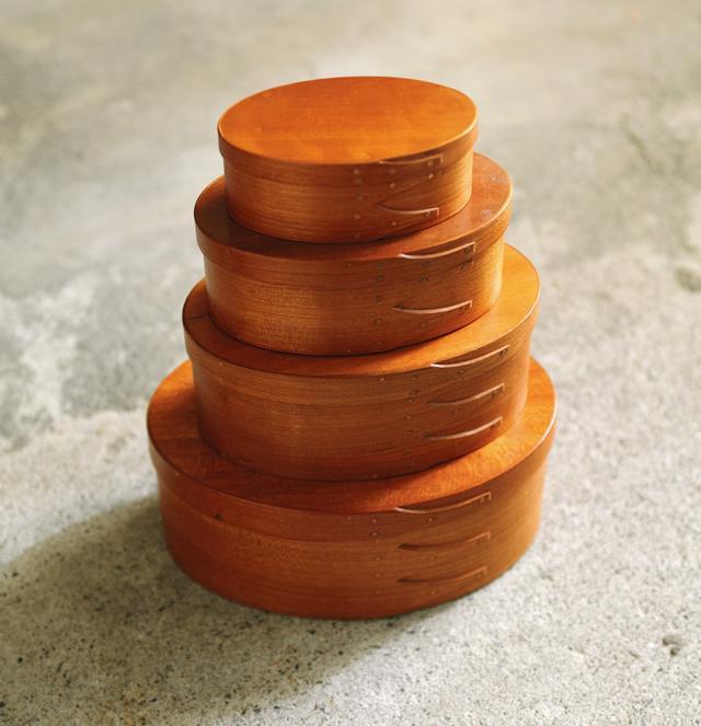 画像: 約10年、使ううちに、木肌が飴色に変化。残念ながら現在は職人が途絶え、生産中止に。商品に添えるアテンションカードなどを入れている