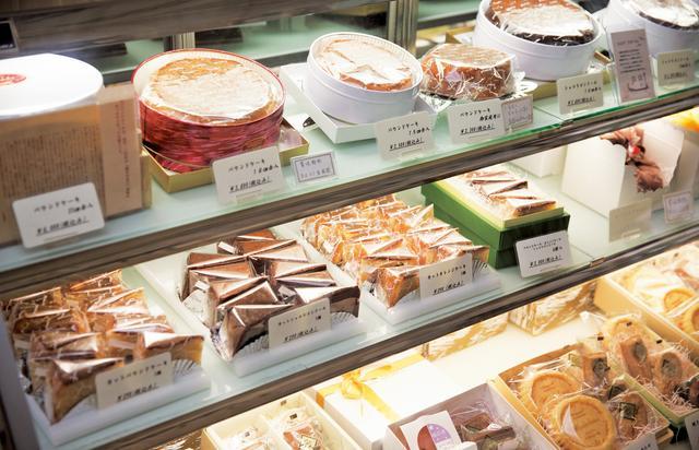 画像: 看板商品のパウンドケーキは、初代・二代目が「現代の名工」受賞のきっかけとなったお菓子。カットしたケーキも販売している
