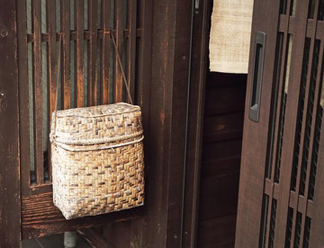 画像: 近所の日用品店で手に入れた山菜採り用のかごバッグは、郵便受けに。郵便物は朝夕にチェック。すぐに開封してひととおり目を通したら、なくさないように、すぐに仕分けをするそう