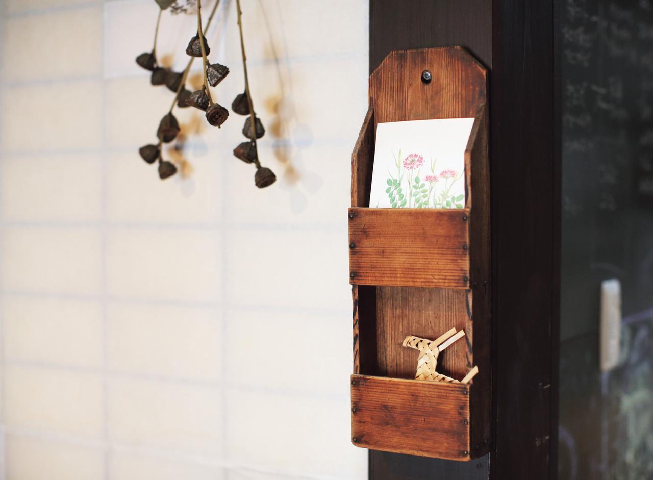 画像: 届いたかわいいはがきは、ラックに飾っておくことも。「不用な紙類は、廃品回収用に分別しておきます。学校関連のお便りは、みんなが見られるように、トイレの壁に貼ることもあります」