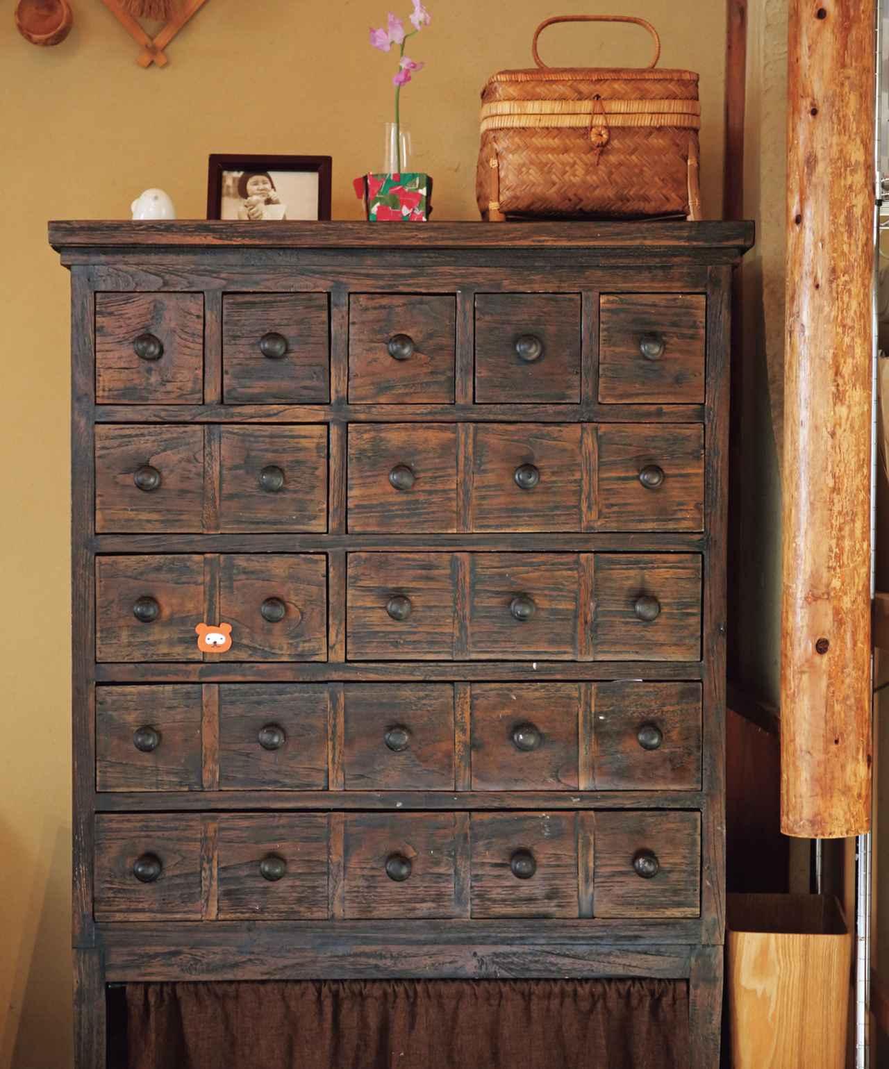 画像: 4 こまごましたものは引き出しの多い和家具に