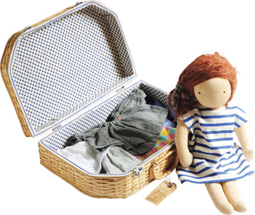 画像: 実家にあった古いバスケット。幼いころにお弁当を入れて、家族でピクニックに行った思い出があるとか。いまは、娘さんの人形の洋服入れに使っているそう。人形の服は美濃羽さんのお手製