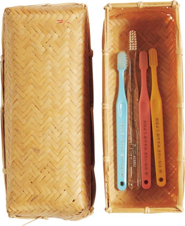 画像: 竹かごのふたを開けると、子ども用のかわいい歯ブラシが。「眠くてぐずっているときもさっと歯みがきできるように、台所に置いています」。もともとは、おにぎり用のお弁当箱だったそう