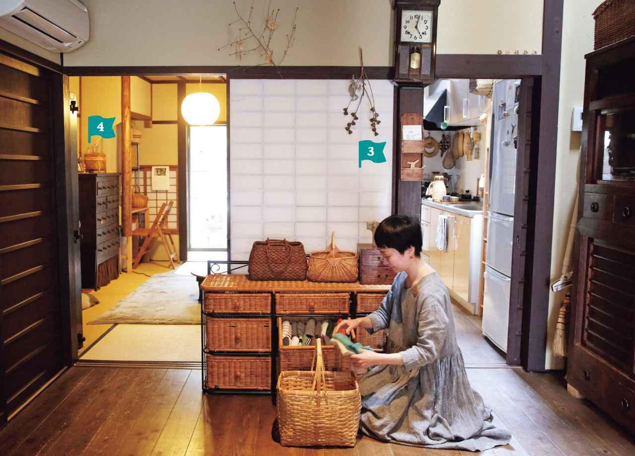 画像: 居間の中央には、背の低い籐のチェストが。9つの引き出しそれぞれに、お子さんの下着やカットソー、ご主人の着替えなど、しわになりにくい服を入れているそう。持ち手のある大きな竹かごは洗濯物入れに