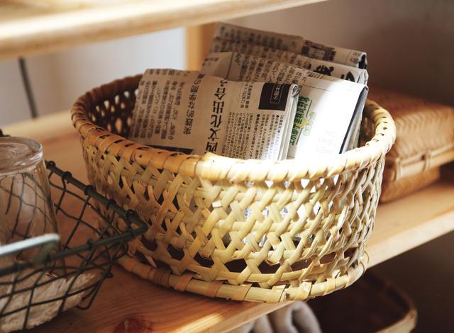 画像: 三角コーナーもごみ箱も、台所に置いていない美濃羽さん。「あのごみ入れを掃除するのが苦手なんです」。新聞紙を折ってつくる紙箱に野菜の皮などの生ごみを入れ、納戸のごみ袋に捨てるそう(※トップの写真 5)