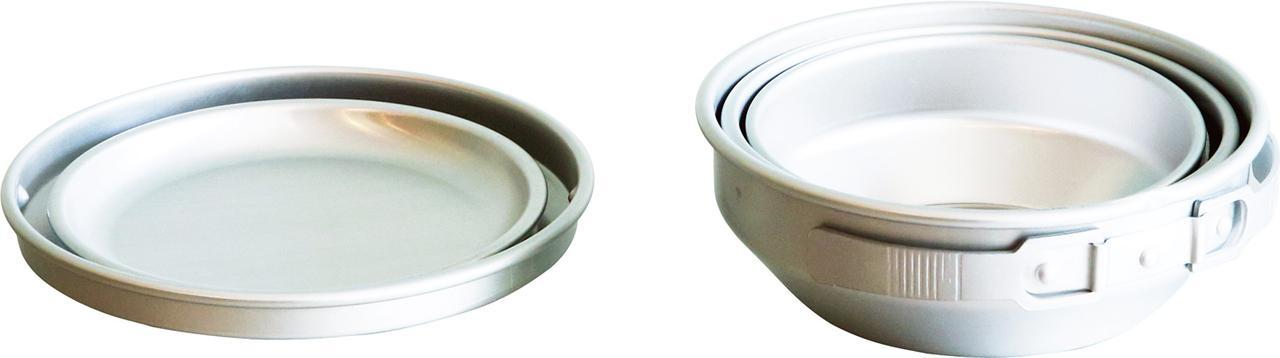 画像: 食器の持ち手は使うときだけ起こせる優れ物。しまうときは入れ子状になり、ふたは、お皿として使える。軽くて丈夫なうえ、熱伝導性に優れたアルミはアウトドアにぴったり。限られた条件下でも、素早く煮炊きできる