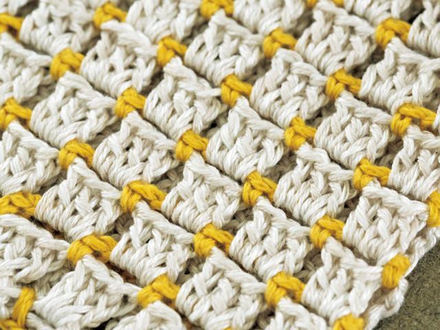 画像: シルクとリネンのしなやかさが相まって、さらりと心地よい肌触り。リネンと一緒ならシルク糸の滑りやすさが軽減され、編みやすくなるのもうれしい