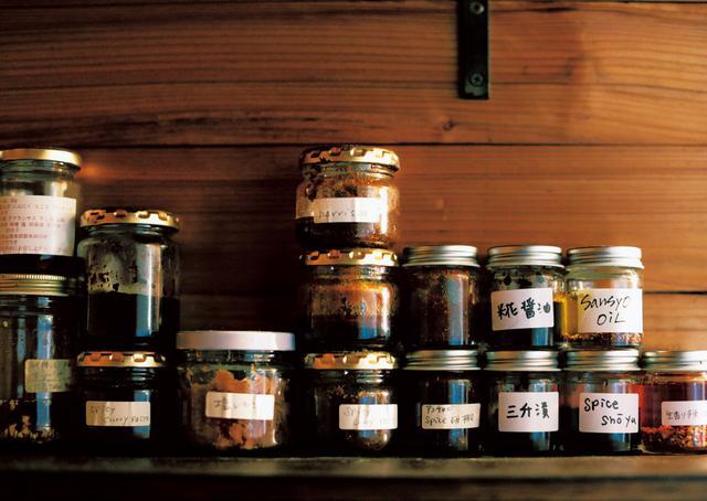 画像: 時間があるときにつくり置きしておいた味噌やたれ、オイルなど。小さな瓶詰めにしてプレゼントにも