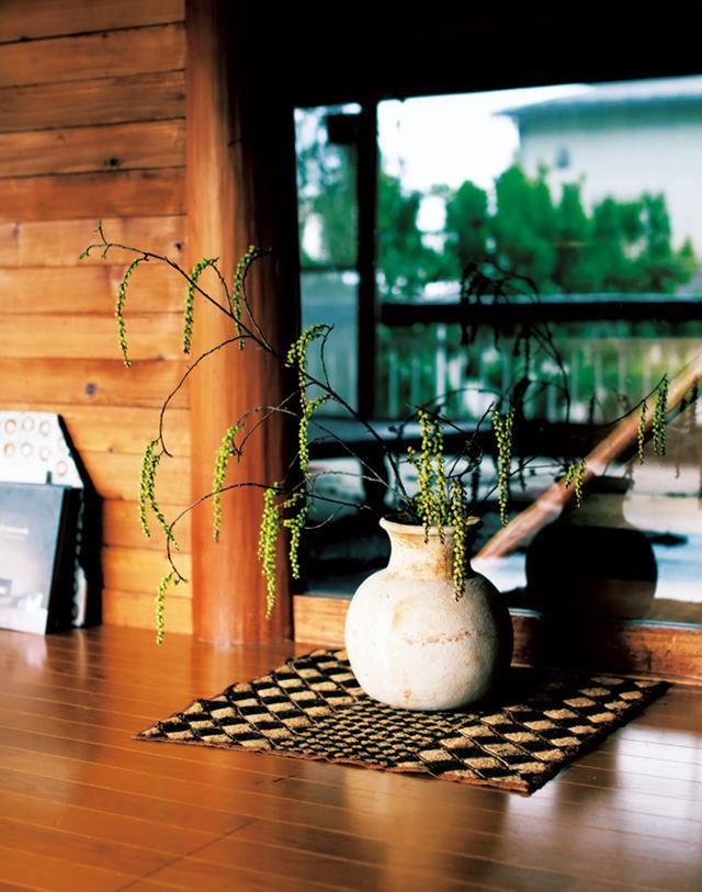 画像: お客さまを迎えるときには、庭や近所で取ってきたひと枝を挿す。「はっとひかれる枝の形を見つけるのが楽しいんです」