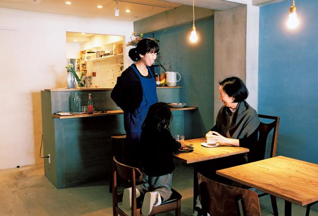 画像: 「モントテーブル」では、さまざまな食材も販売。「食材のルーツの話を聞いたり、使い方を教えてもらったり。いつも、あっという間に時間が過ぎるんです」
