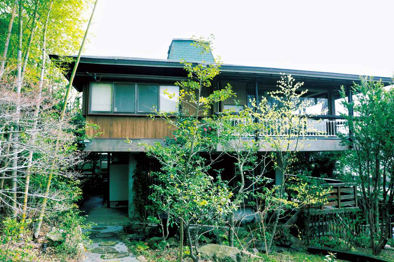 画像: 森に住みたいと探していたときに、1軒目でめぐり合ったのが築40年の物件。1階がアトリエとショップ、2階が住居空間