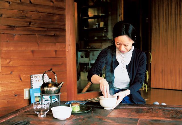 画像: お客さまの前でお碗に抹茶を入れ、湯を注ぎ、茶筅でお茶を点てる。そんなプロセスも、おもてなしの一部。ひとりひとりのために心を込めて手を動かす