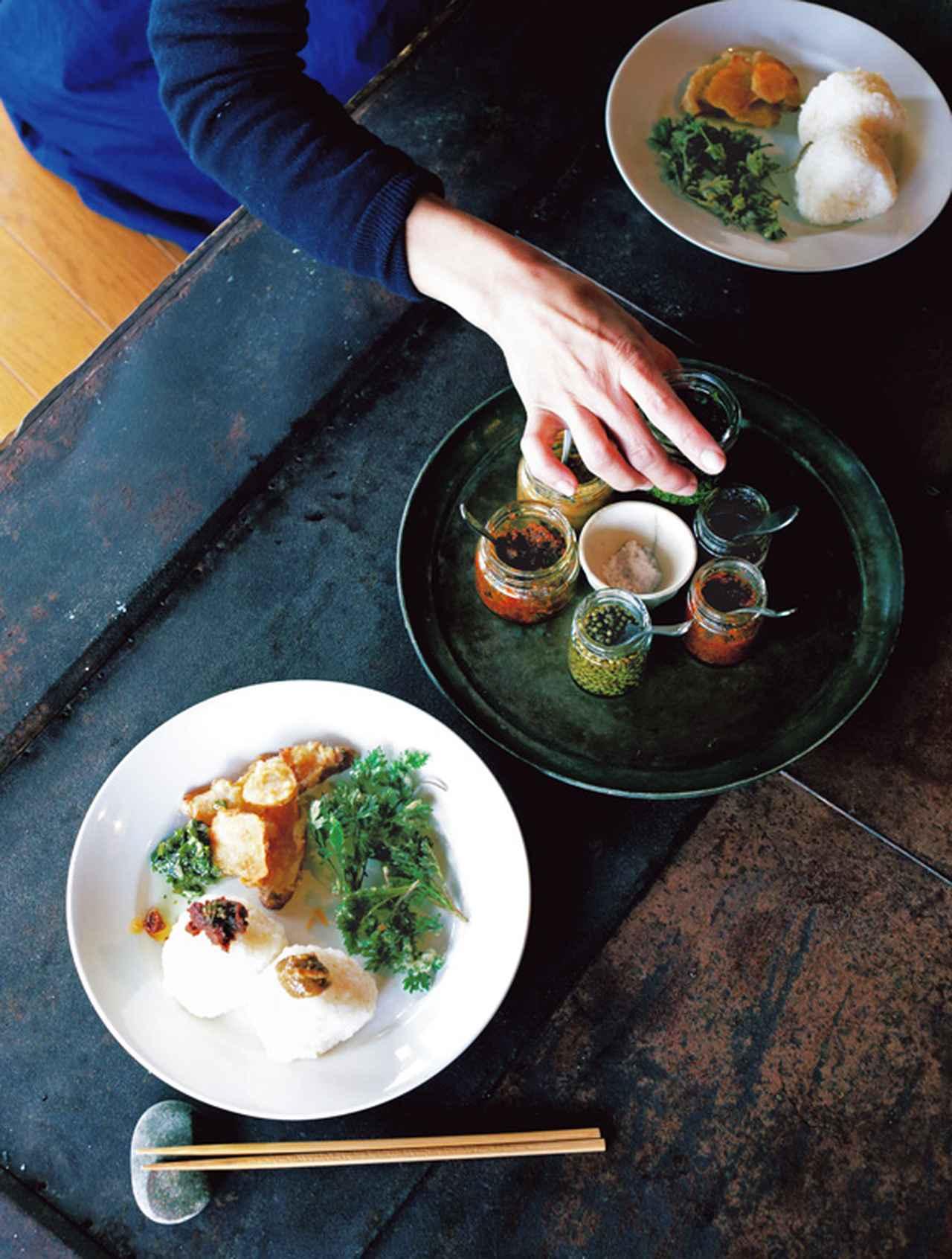 画像: この日は、おにぎりに菊いもとよもぎの天ぷらを添えたランチ。のびるのしょうゆ漬け、にんにくや鷹の爪、コリアンダーなどでつくったペーストを添え、自分好みの味で食べる