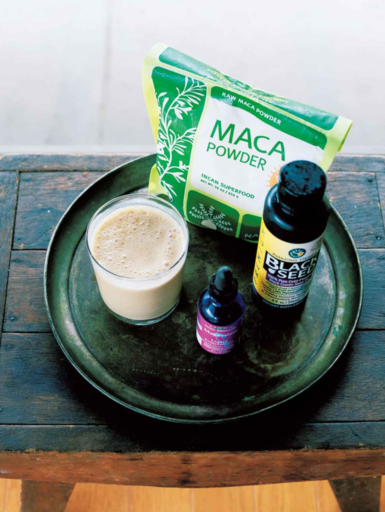 画像: コンブチャに、マカのパウダーとマグネシウム、ブラッククミンシードオイル、豆乳を混ぜてバーミックスで攪拌すると、ミルクセーキのようにとろりとしたドリンクに