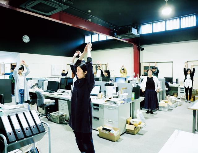 画像: 社員全員での朝礼ではラジオ体操も行う。この日は18歳の新入社員の入社式も。「若い人と接すると、パワーをもらえますね」