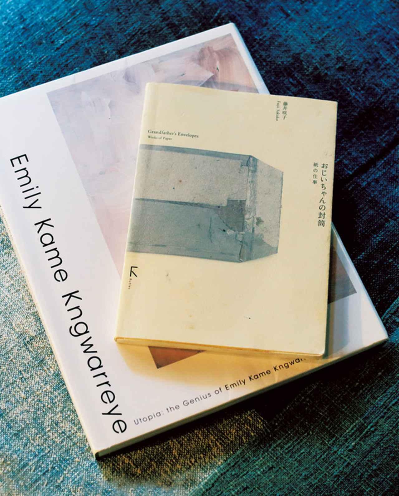 画像: 「古紙を再利用してつくった封筒の本やアボリジニの絵画集は、どちらも作為のない美しさを教えてくれます」