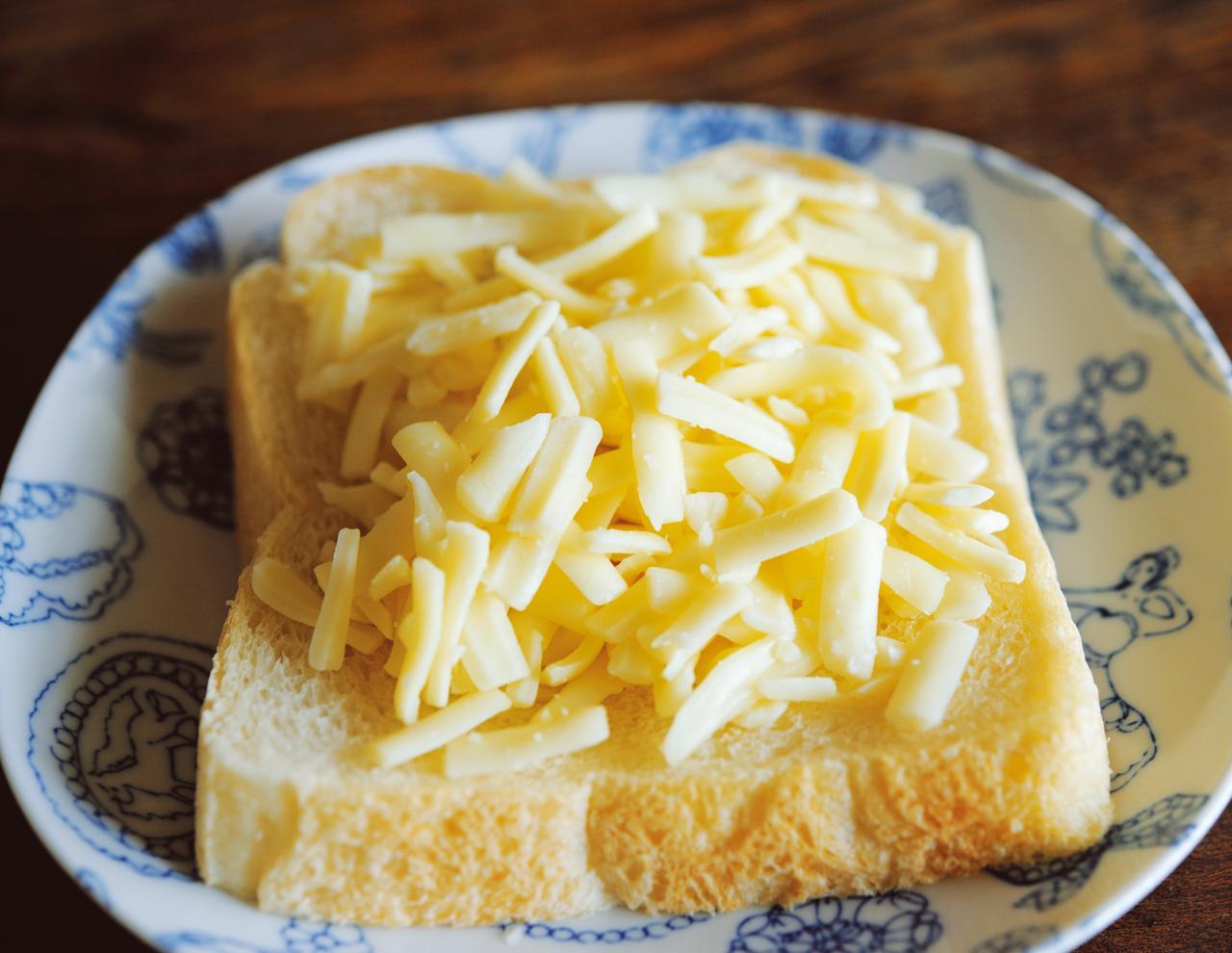 画像: 北海道産の生乳を原料にした乳製品でおなじみの「よつ葉乳業」のシュレッドチーズ。たっぷり、こんもり盛るのがコツ
