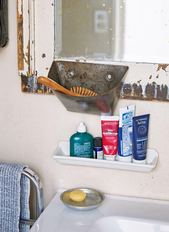 画像: 鏡の枠に取り付けたブラシ入れも、卓さんがフランスの蚤の市で見つけた。元は何の道具だったかは不明。いわゆる「収納用品」にとらわれず、自由な発想で古い道具を使いこなすのが楽しい