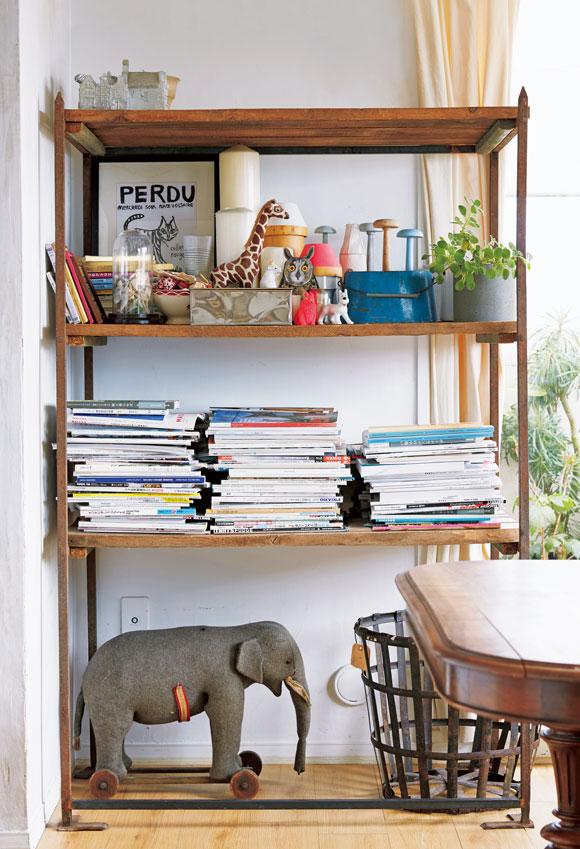 画像: オープン棚には、雑誌類や、フランスで手に入れたオブジェなどが。本をギュッと一段に詰め込んだら、ゆったり見せる段をつくってメリハリを。雑然さも、ほどよくカジュアルな雰囲気に