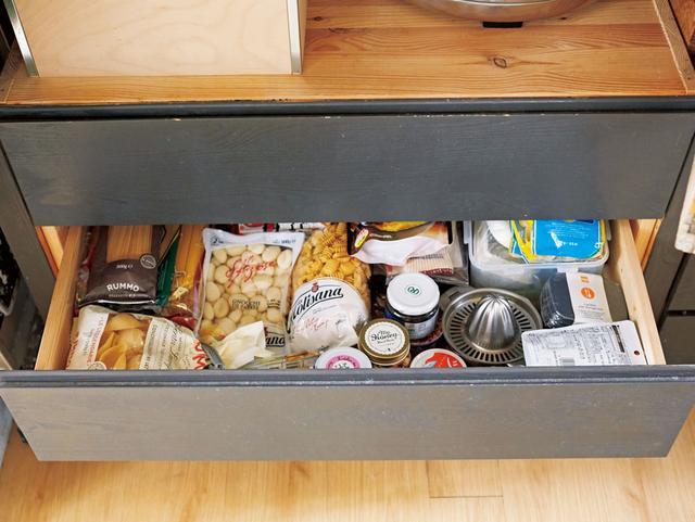 画像: パスタや粉もの、瓶詰めなどの食材のパッケージは、色も形もバラバラなので、見えないように、引き出しの中にしまい込む。一カ所にまとめて入れておくと、必要なものを捜しやすい