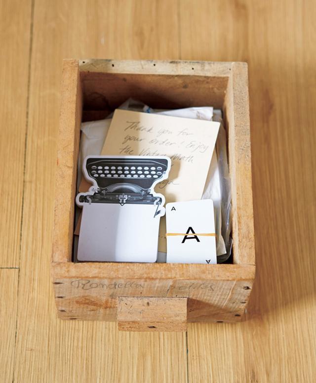 画像: 卓さんが蚤の市で大量に買ってきた、元金具入れの引き出し。「使い先を考えず購入してしまいましたが、いまはあちこちに置いて、文具やコード類などの日用品を、用途別にしまっています」