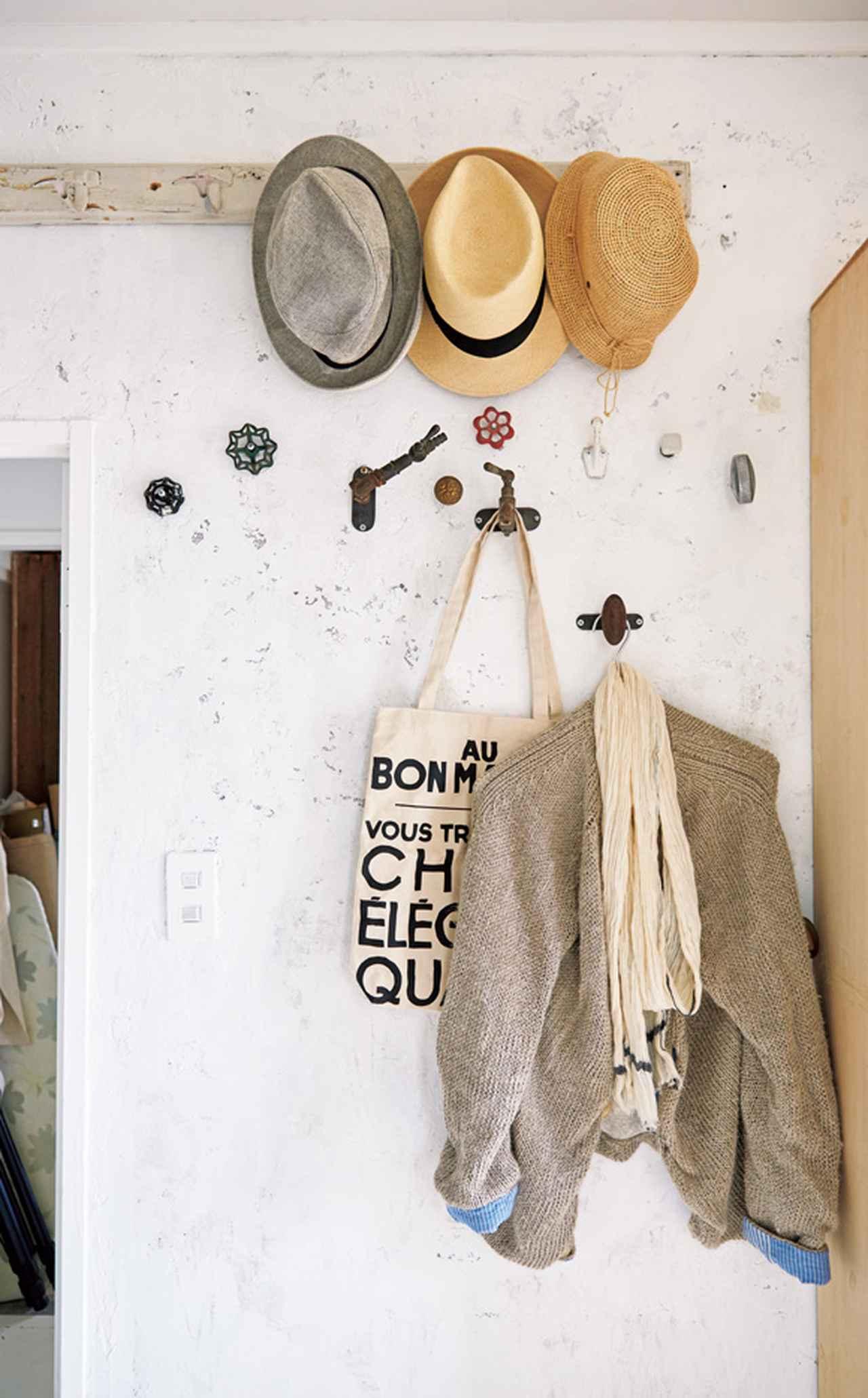 画像: 玄関には、帽子のほか、外出時に羽織るものやストール、バッグなどをかけている。来客のコート掛けにも活躍