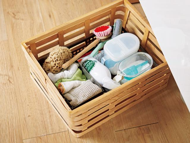 画像: タワシやブラシ類、洗剤など、種類も多く、ごちゃごちゃしがちな掃除道具。かごにまとめて入れて、洗面台の下に隠している。別の部屋へも、かごごと持っていけるので便利