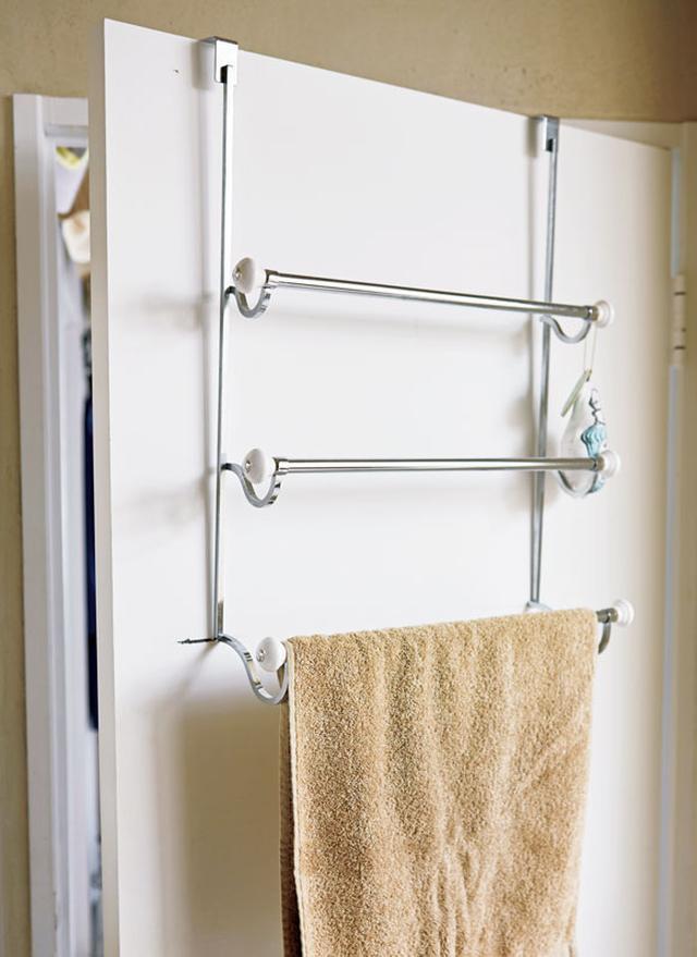 画像: バスルームのドアの内側には、フランスで買ったフックタイプのハンガーラックを。ここにはバスタオルなどをかけている。ドアなどのスペースを有効活用すれば、空間も広く感じる