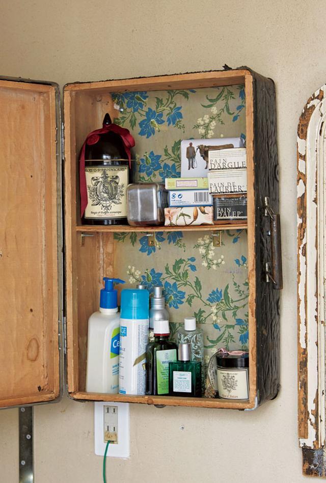 画像: フランスの蚤の市で見つけたトランクを、ビスで壁に取り付けて個性的な戸棚を制作。ヒュンスクさんが好きなオーガニックの石けんや、ヘアケア用品などのストック置き場に