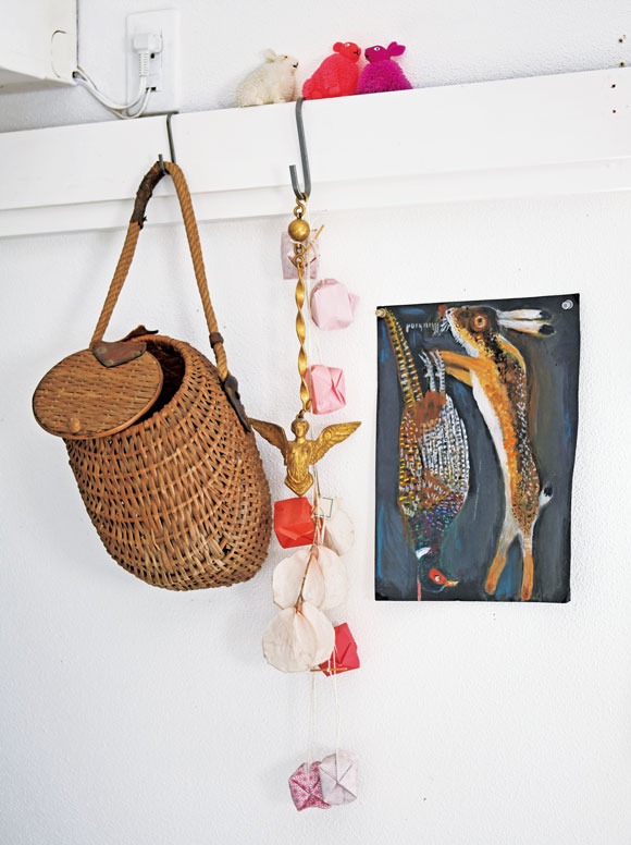 画像: ヒュンスクさんのアトリエにかけられていたS字フックは、壁の木枠や窓枠など、どんな場所でも使える優れもの。「アンティークのかごや友人にもらったオブジェなどをかけて飾っています」