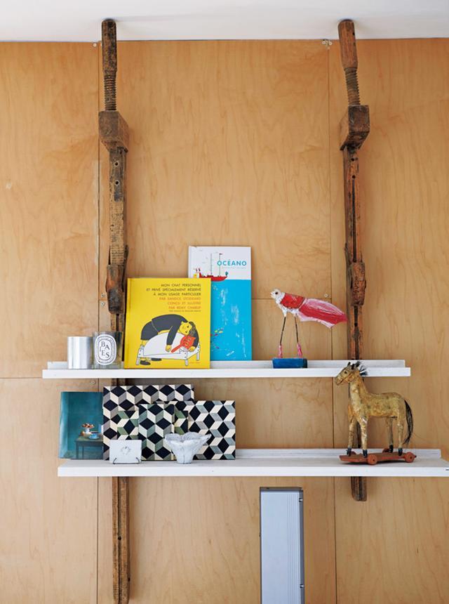 画像: 卓さんが壁に取り付けた自家製飾り棚。フランスの書店で購入した絵本やノートなど、「ここは僕の好きなもののコーナーなんです」と卓さん。「見せること」を徹底した、目を楽しませる一角