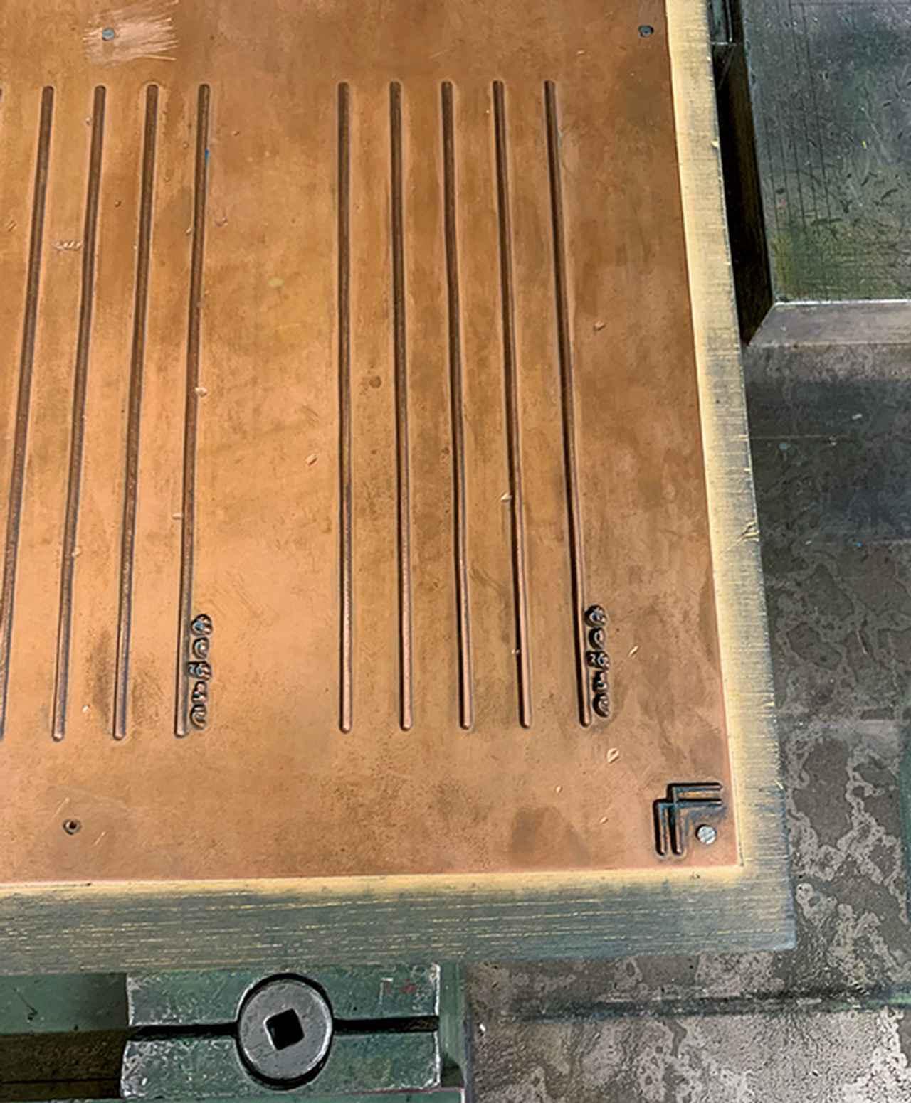 画像: 今回の一筆箋用に、オリジナルの銅板を作成。3mmの深さで彫り、活版印刷ならではの凹凸を出した