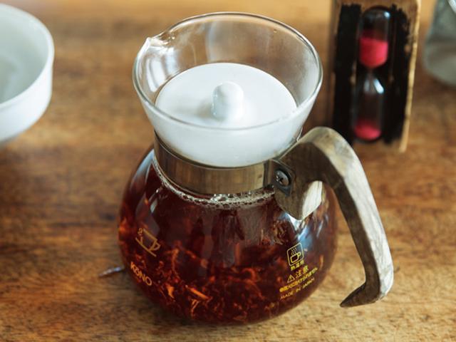 画像: 3. すぐにふたをして、3分待つ。ティーコゼーをかぶせてもよい。茶葉の動きを見て、楽しむ時間