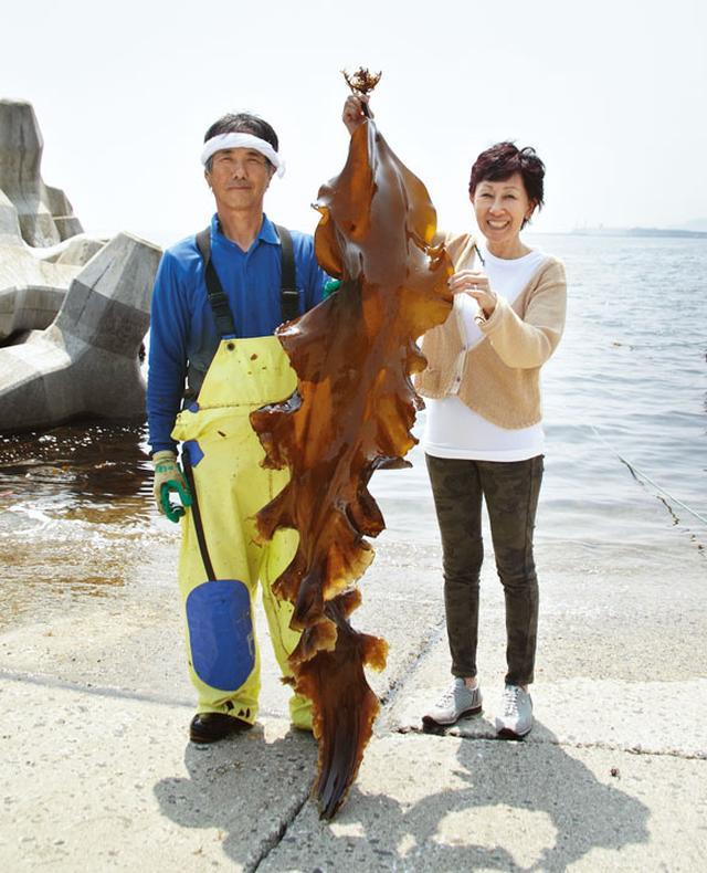 画像: 井田一昭さんが採ったこの昆布は、全体の0・08%しかないという一等品。井田さん(左)や松田さん(右)よりも大きい