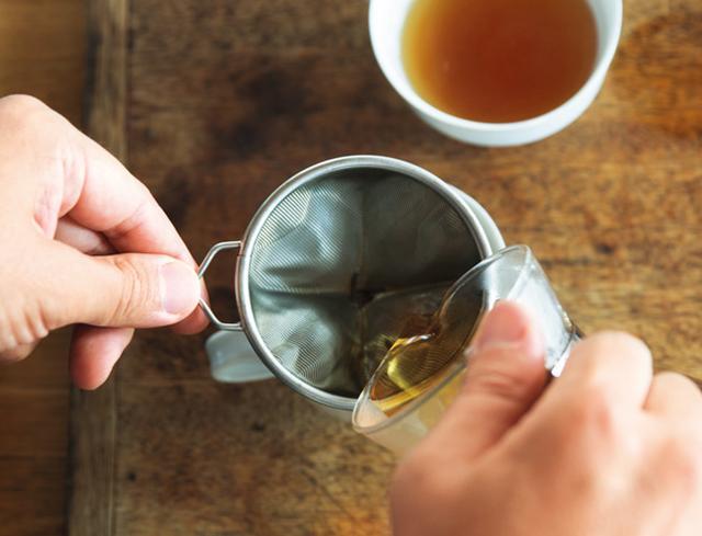 画像: 4. 3分たったらマドラーなどでひと混ぜする。紅茶の濃さが均一になるよう、カップに注ぎ分ける