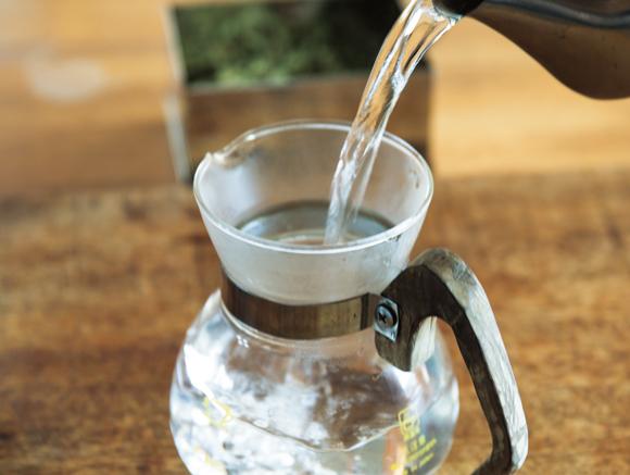 画像: 1. サーバーやポットに沸騰したお湯を注ぐ。湯温を下げるためお湯を捨てずにこのまま使う