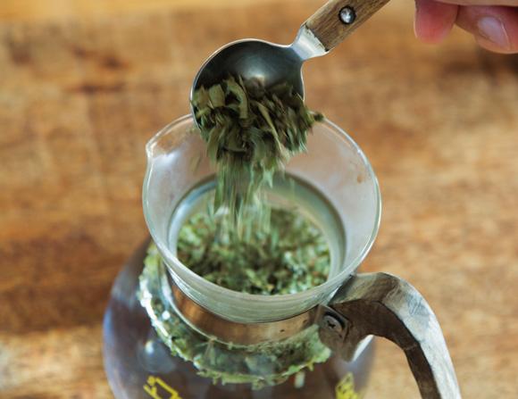 画像: 2. 1に直接、茶葉を入れる。茶葉は幾つか試して、好みの香りのものを使うとよい