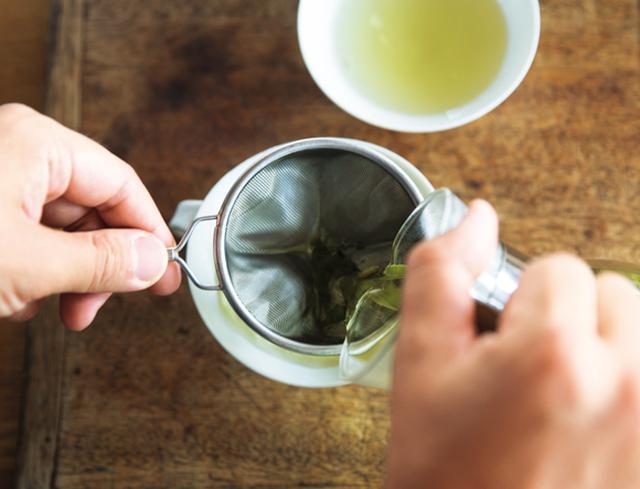 画像: 4. 濃さが均一になるよう、カップに注ぎ分ける。真っ白なカップなら、淡い色がきれいに見える