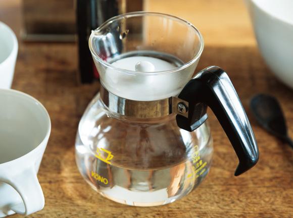 画像: 1. ストレートと同じように、サーバーやポットに熱湯を注いで容器を温めたら、お湯を捨てる