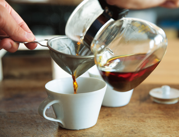 画像: 3. マドラーでひと混ぜし、カップに注ぎ分ける。カップの半分くらいまでの量に注ぐのがおすすめ