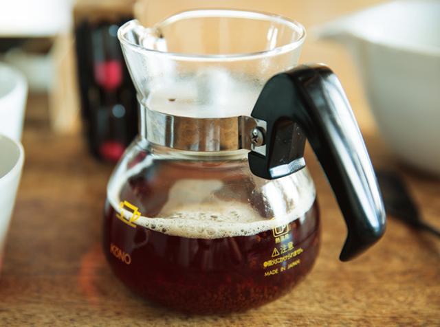 画像: 2. 茶葉を入れ、ストレートの半量の沸騰したお湯を入れる。3分待つと、濃い仕上がりになる