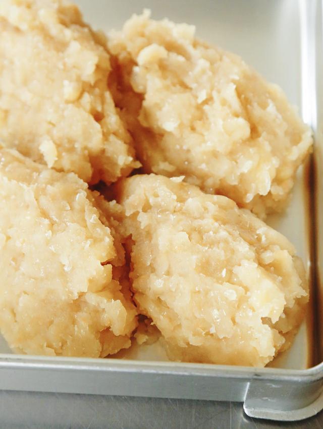 画像: 白いんげん豆のなかでも小粒の「手亡(てぼう)」でつくる。工程は小豆あんと同じだが、塩は加えず、抹茶など、さまざまな素材と混ぜて使う