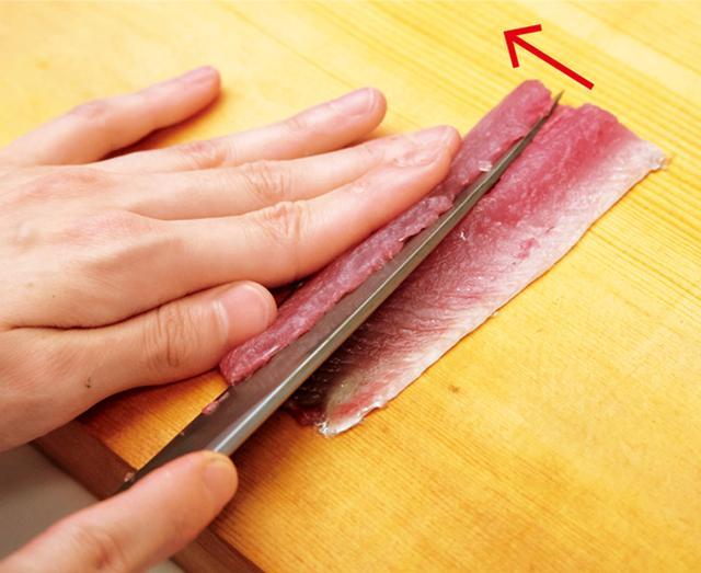 画像: 身の厚いほうから斜めに切り、包丁を左に倒して均等にする