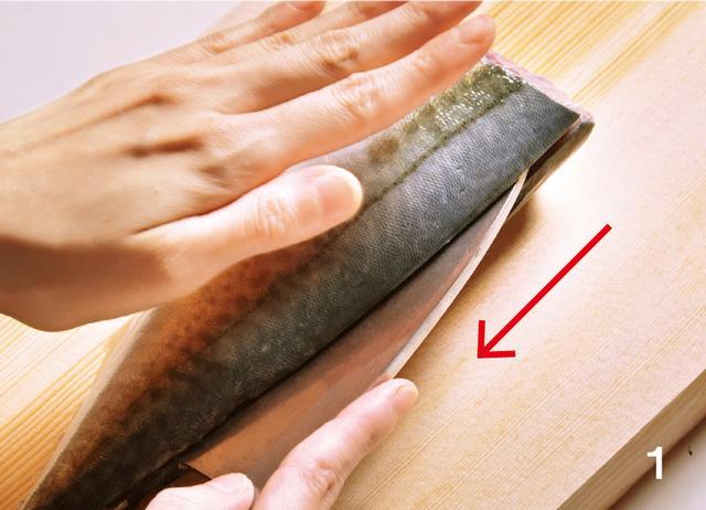 画像: 1 背側半分を切る。包丁の刃先を中骨に当てながら、尾まで切る