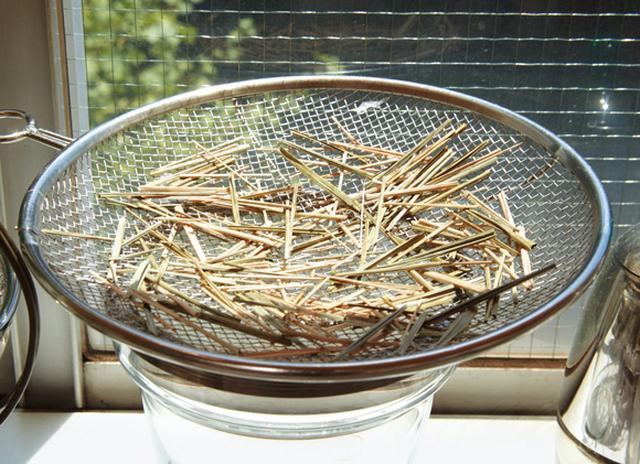 画像: 余ったハーブ類があれば、干すとよい。ステンレスの平ざるに広げ、風通しがよい場所に1〜2日ほど置く。最後は100℃くらいの低温のオーブンに入れ、完全に乾かす